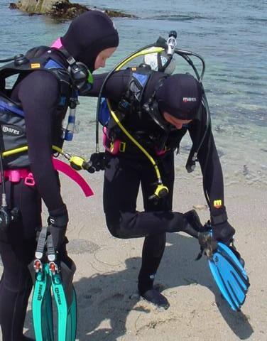 divers donning fins
